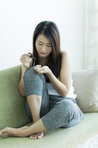 ネイルをする若い女性の写真素材 [FYI00497400]
