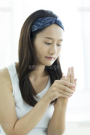 若い女性のハンドケアイメージの写真素材 [FYI00497402]