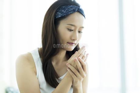 若い女性のハンドケアイメージの写真素材 [FYI00497404]
