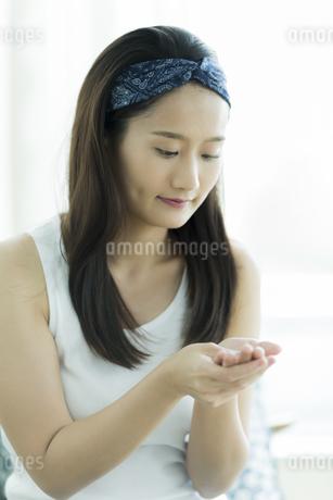 若い女性のハンドケアイメージの写真素材 [FYI00497406]