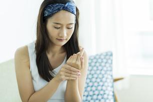 若い女性のハンドケアイメージの写真素材 [FYI00497407]