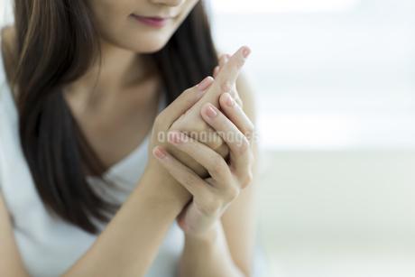 若い女性のハンドケアイメージの写真素材 [FYI00497409]