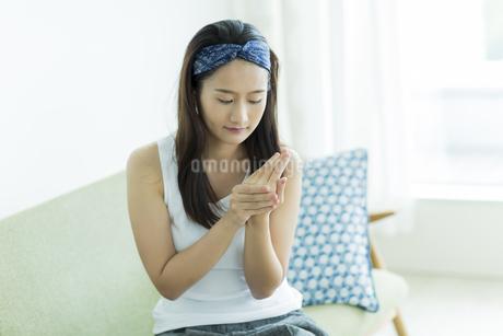 若い女性のハンドケアイメージの写真素材 [FYI00497410]