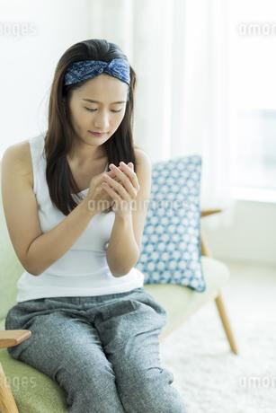若い女性のハンドケアイメージの写真素材 [FYI00497411]