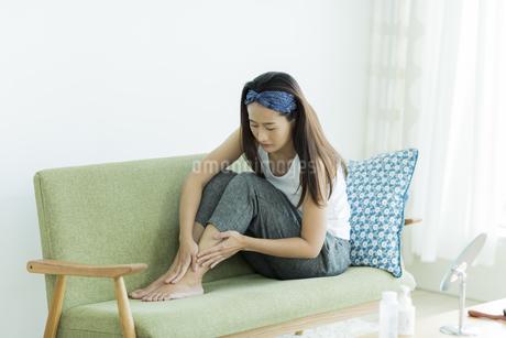 若い女性のフットケアイメージの写真素材 [FYI00497412]