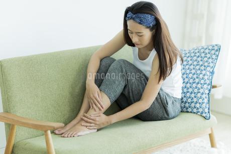 若い女性のフットケアイメージの写真素材 [FYI00497413]