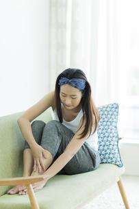 若い女性のフットケアイメージの写真素材 [FYI00497414]