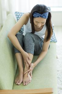 若い女性のフットケアイメージの写真素材 [FYI00497416]