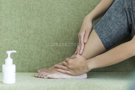 若い女性のフットケアイメージの写真素材 [FYI00497417]