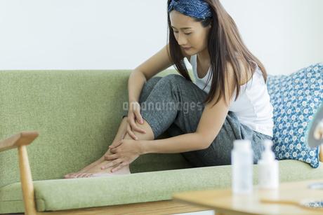 若い女性のフットケアイメージの写真素材 [FYI00497420]