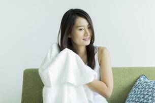 タオルで髪を拭く若い女性の写真素材 [FYI00497422]