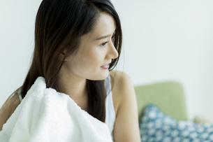 タオルで髪を拭く若い女性の写真素材 [FYI00497423]