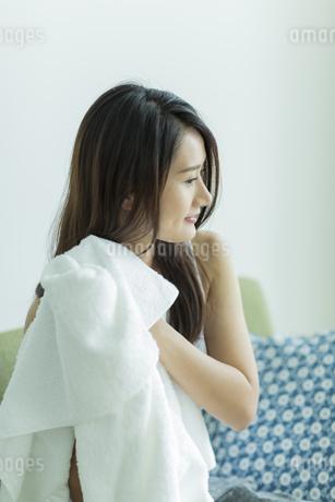 タオルで髪を拭く若い女性の写真素材 [FYI00497424]