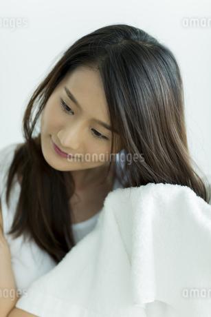 タオルで髪を拭く若い女性の写真素材 [FYI00497425]