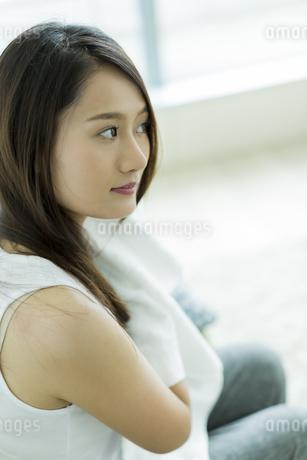 タオルで髪を拭く若い女性の写真素材 [FYI00497426]