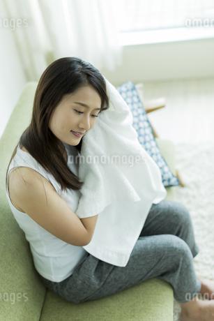 タオルで髪を拭く若い女性の写真素材 [FYI00497427]