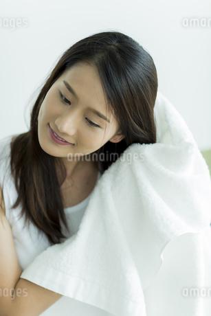 タオルで髪を拭く若い女性の写真素材 [FYI00497428]
