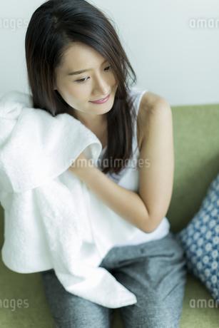 タオルで髪を拭く若い女性の写真素材 [FYI00497429]