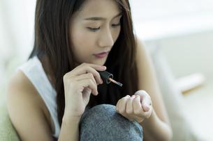 ネイルをする若い女性の写真素材 [FYI00497430]