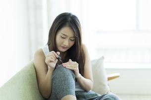 ネイルをする若い女性の写真素材 [FYI00497435]