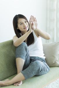 若い女性のネイルケアイメージの写真素材 [FYI00497440]