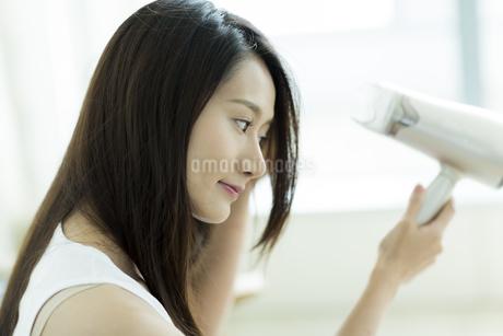 ドライヤーで髪を乾かす若い女性の素材 [FYI00497441]