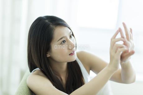 若い女性のネイルケアイメージの写真素材 [FYI00497444]