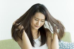 髪を触る若い女性の写真素材 [FYI00497463]