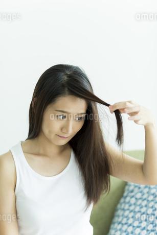 髪を触る若い女性の写真素材 [FYI00497466]