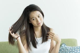 髪を触る若い女性の写真素材 [FYI00497468]