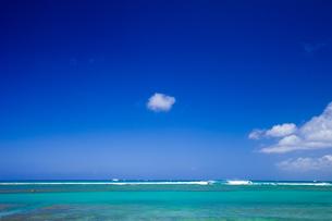 ワイキキのクヒオビーチから見たハワイの海 の写真素材 [FYI00497482]