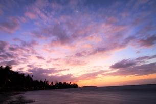 夕暮れ時のリゾートの海の写真素材 [FYI00497485]