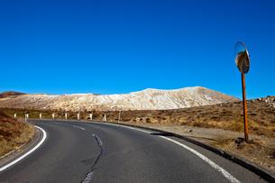 群馬県 草津 白根山火山と道路とガードミラーの写真素材 [FYI00497487]