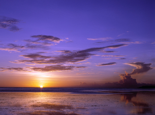 グアム島から見た夕日が沈む様子の写真素材 [FYI00497503]