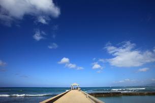 ワイキキのクヒオビーチの防波堤から見たハワイの海 の写真素材 [FYI00497505]