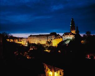 チェコ共和国 チェスキークロムホム城の夜景の様子の写真素材 [FYI00497509]