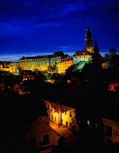 チェコ共和国 チェスキー・クルムロフ城の夜景の様子の写真素材 [FYI00497515]