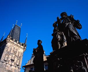 チェコ共和国プラハのカレル橋の石像の写真素材 [FYI00497520]