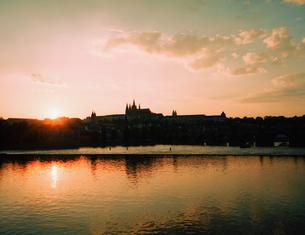 チェコ共和国プラハのプラハ城の夕焼けの写真素材 [FYI00497523]