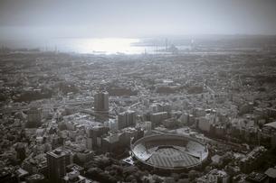 空撮した横浜の街と横浜港の風景の写真素材 [FYI00497525]