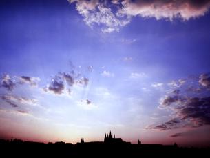 チェコ共和国プラハのプラハ城の夕焼けの写真素材 [FYI00497526]