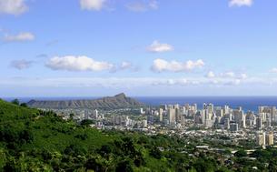 ハワイ オアフ島の高台から望む、ダイヤモンドヘッドとワイキキの高層ビルと街の様子の写真素材 [FYI00497532]