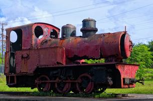 マリアナ諸島 ロタ島の工場跡に残る機関車の残骸の写真素材 [FYI00497533]