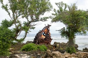 マリアナ諸島 ロタ島のビーチに放置された、難破船の残骸の写真素材 [FYI00497534]