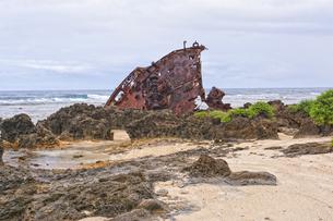 マリアナ諸島 ロタ島のビーチに放置された、難破船の残骸の写真素材 [FYI00497536]