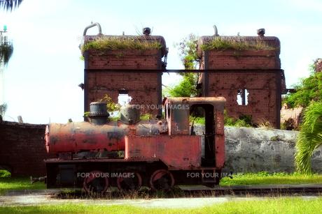 マリアナ諸島 ロタ島の工場跡に残る機関車の残骸の写真素材 [FYI00497537]