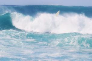 ハワイ オアフ島で波にさらわれたサーフボードの写真素材 [FYI00497538]