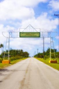 マリアナ諸島 ロタ空港の看板と道路の写真素材 [FYI00497539]