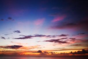 グアム島 恋人岬展望台より眺める太平洋の夕焼けの写真素材 [FYI00497547]