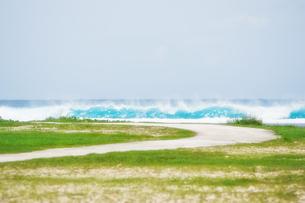 グアム島 押し寄せる波と道の写真素材 [FYI00497549]